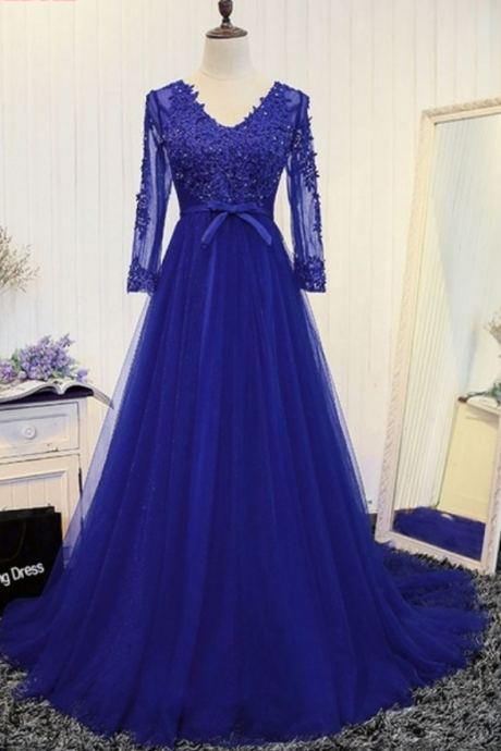 The long, curly dress of the royal blue long-sleeved lace dress evening gown in a formal evening gown in a gown