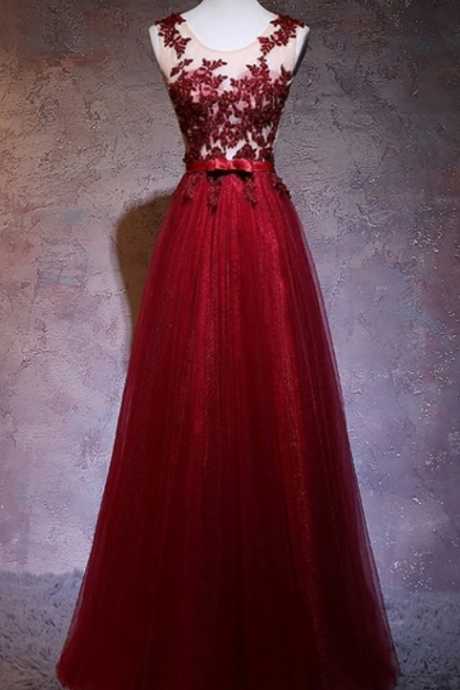 Red lace wears a beautiful dress in the hair line of party a's evening paper and dresses in elegant evening dress