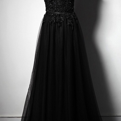 The woman with long black lace wedding gowns wore a formal evening gown with a formal evening gown and a small party deckchair